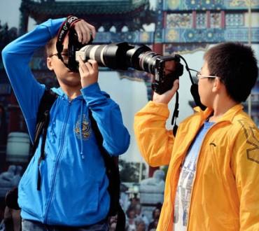 Des Gamins chinois avec du matériel de photos professionnel