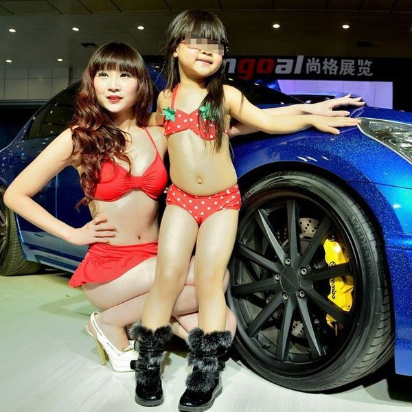 Des fillettes en bikini à un salon automobile en Chine