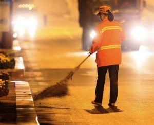 Yu Youzhen balaie le trottoir