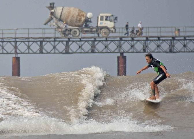 surf sur la Huangpu River