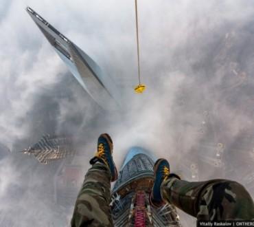 Sans aucune protection, ils décident d'escalader la tour de Shanghai
