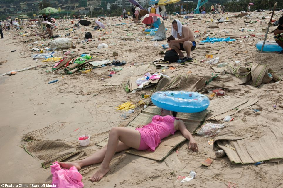 Litter on Chinese beaches 11