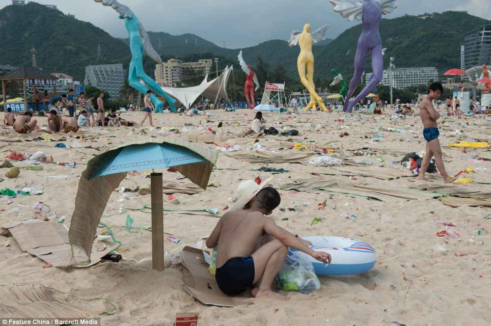 Litter on Chinese beaches 12