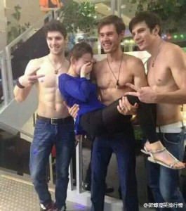 foreign-male-models-as-servers-at-chengdu-china-restaurant-03