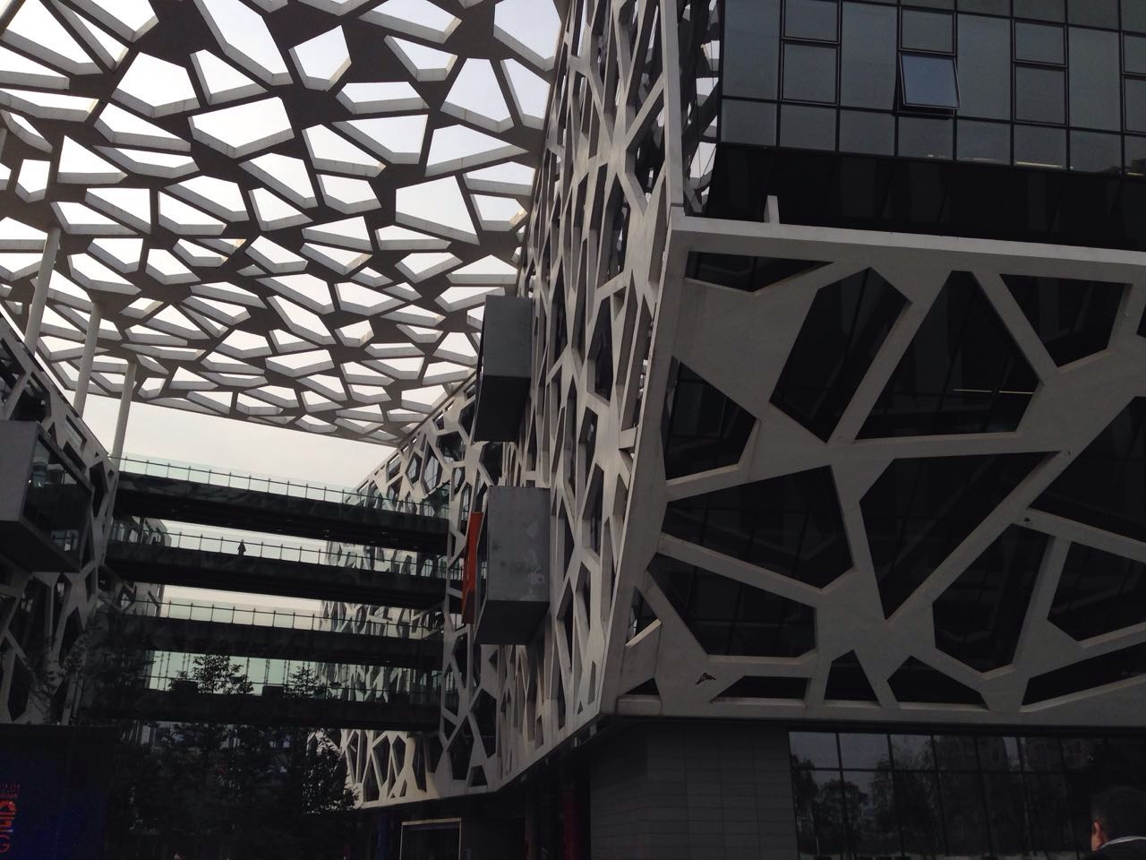 visite du campus d 39 alibaba le plus moderne de chine marketing chine. Black Bedroom Furniture Sets. Home Design Ideas