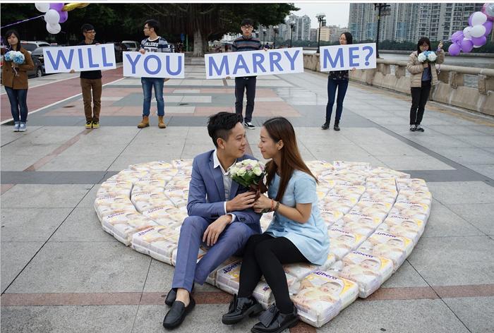 Une demande en mariage avec des paquets de couches ! (en Chine)