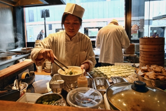 chef-prepares-dumplings-in-a-restaurant-in-china-town